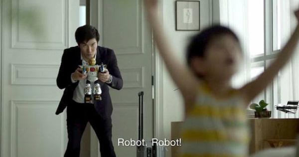 Kisah-seorang-Ayah-dan-anak-lelakinya-yang-sangat-mahukan-ROBOT-mainan.-Anda-Pasti-Tersentuh-Dengan-Video-Ini