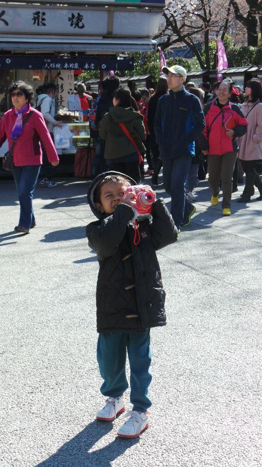 anak dan instant camera